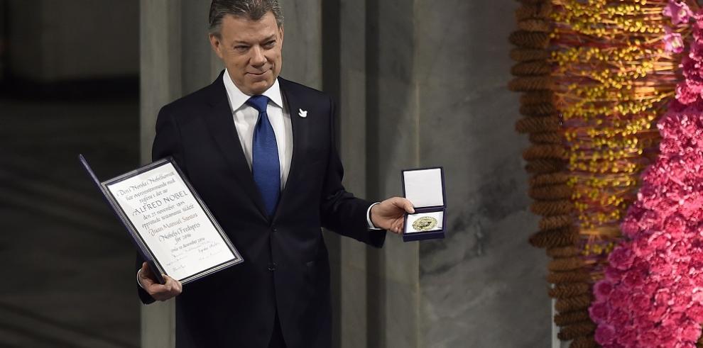 Santos llama a construir paz estable al recibir premio Nobel