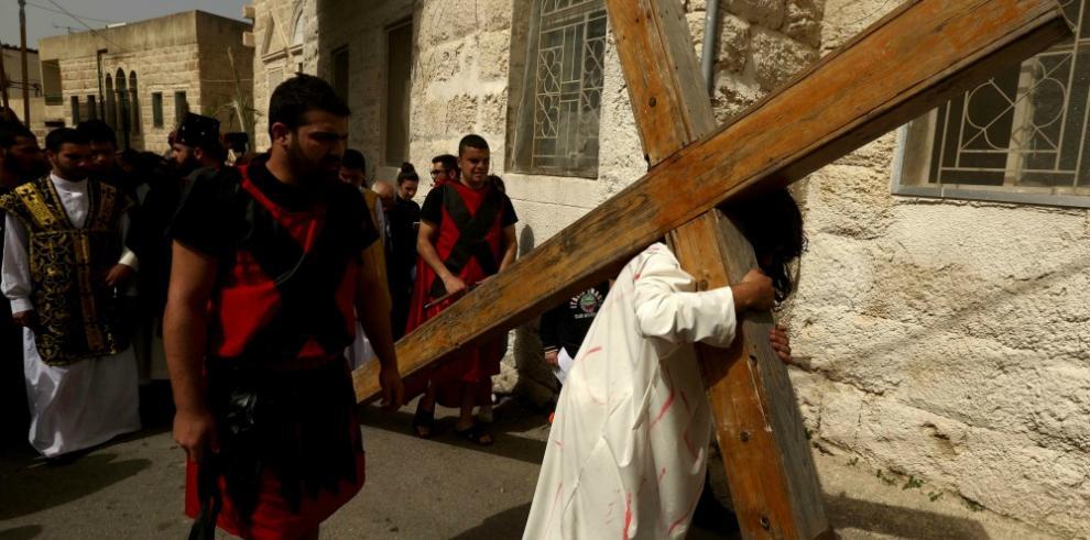 Miles de fieles reproducen el calvario de Cristo