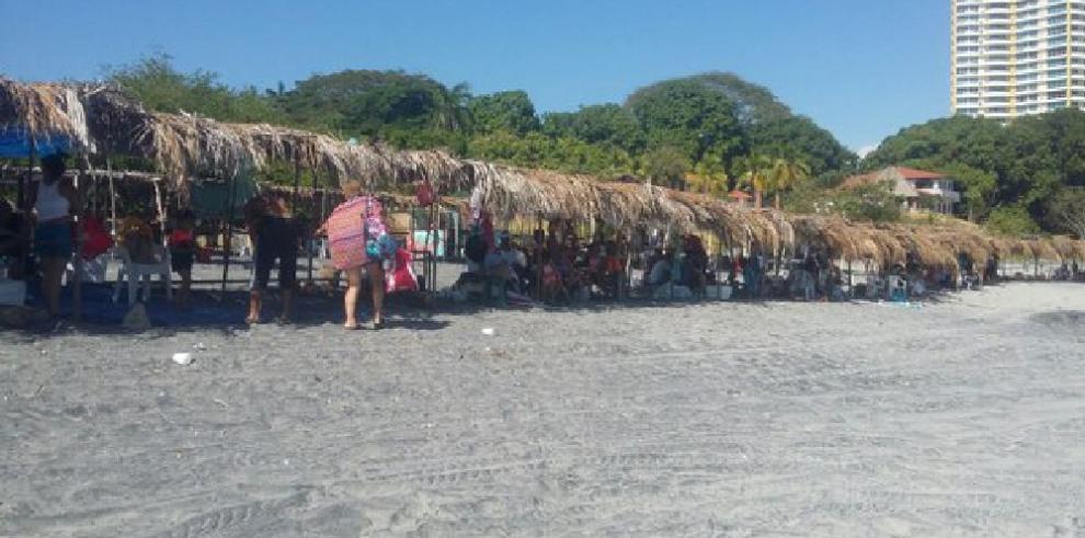 Ordenan desalojo de playa porpicaduras de agentes marinos