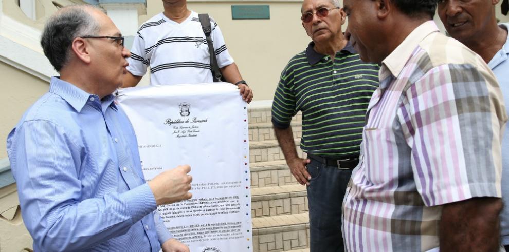 Extrabajadores portuarios se renúnen con Rigoberto González
