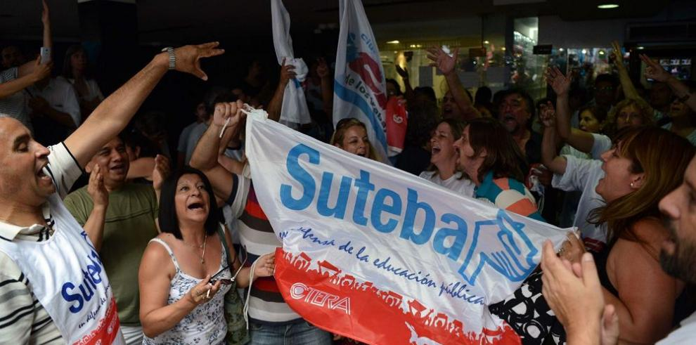 Macri reforma ley de medios y disuelve entes reguladores