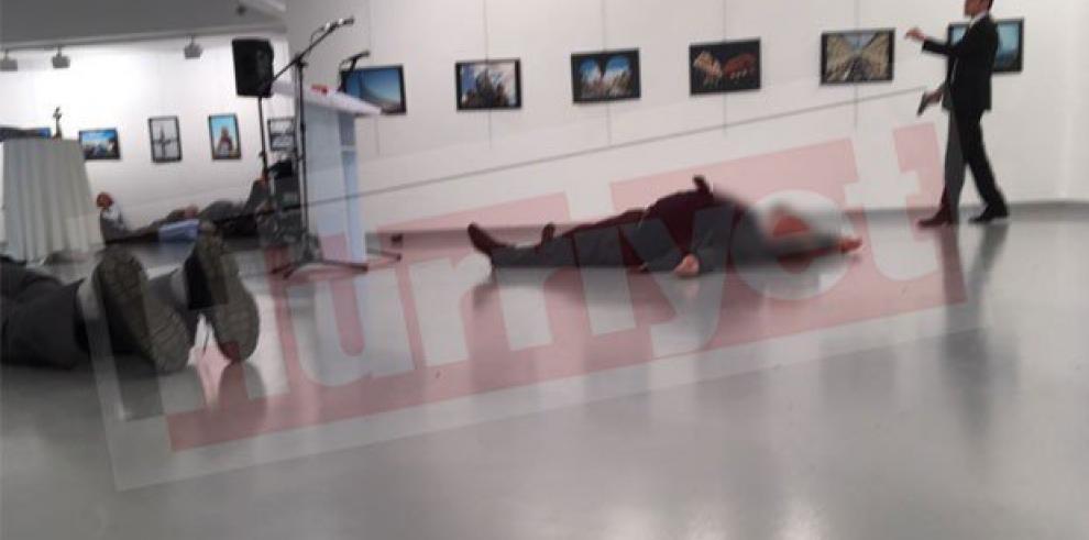 Disparan al embajador ruso en Turquía en una exposición y muere