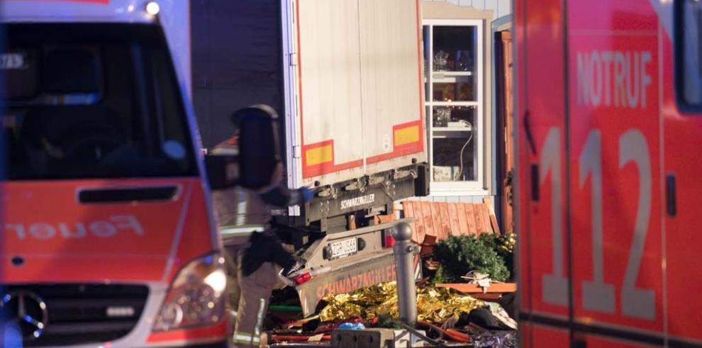 Al menos 9 muertos al irrumpir un camión en un mercadillo de Berlín