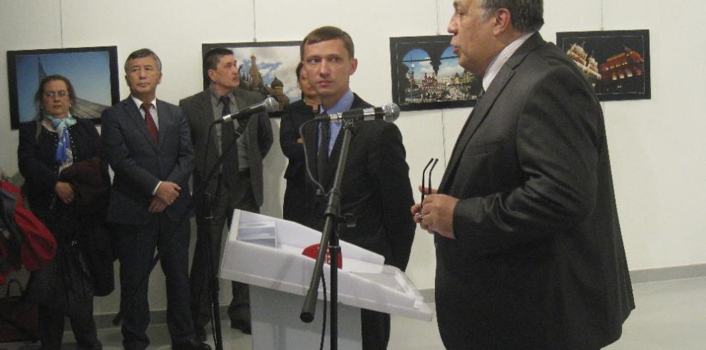 Un policía turco asesina al embajador ruso en Ankara