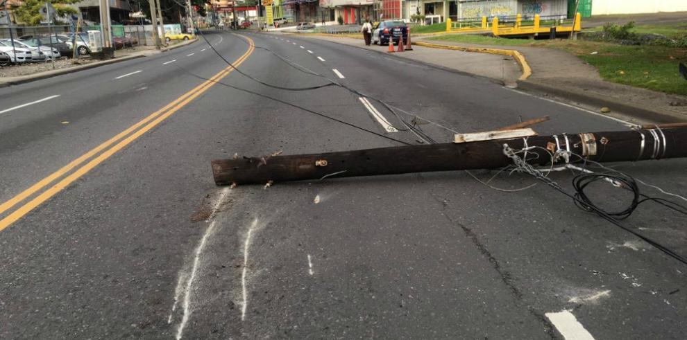La vía España se mantiene cerrada por la caída de un poste
