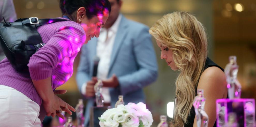 Shakira sorprende y encanta a los chilenos en presentación de su perfume
