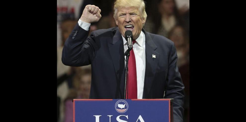 Trump anuncia impuestos para quienes inviertan fuera