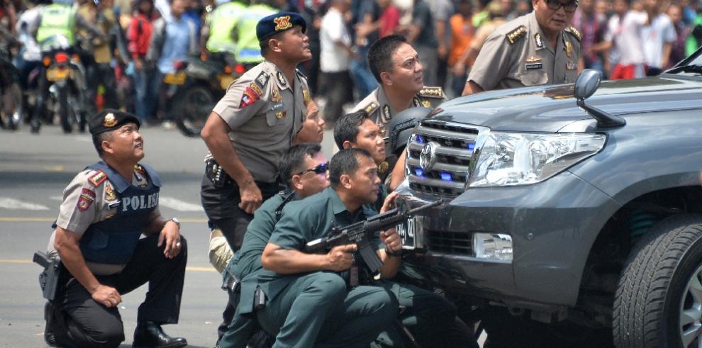 Al menos tres muertos en explosiones en el centro de Yakarta