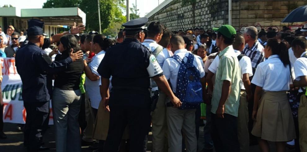 PN evita cierre de la vía Interamericana ante protesta estudiantes