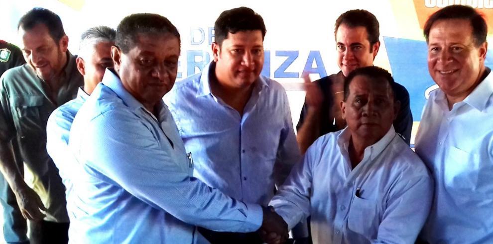 Presidente Varela entrega viviendas en Coclé y órdenes de proceder