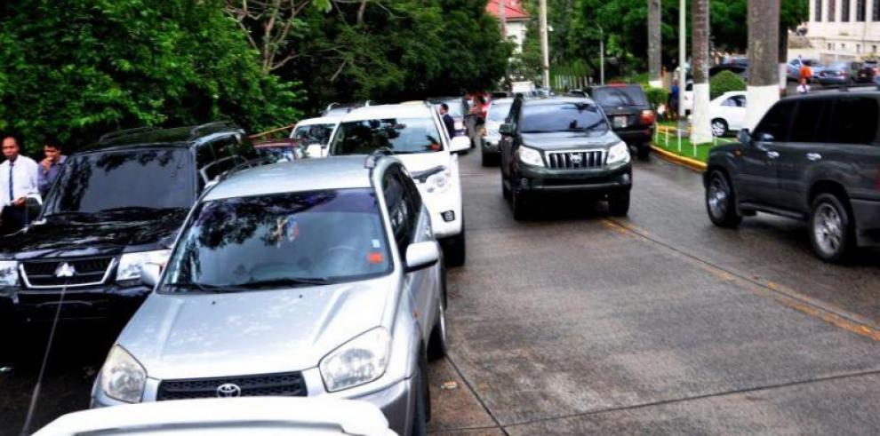 La alcaldía multará a quienes se estacionen en las aceras