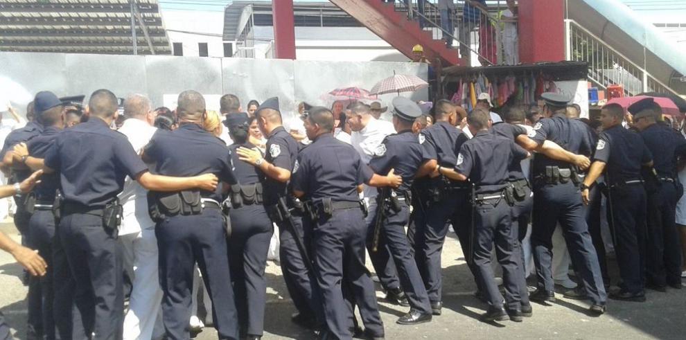 Técnicos de enfermería bloquean por segundo día las calles del país