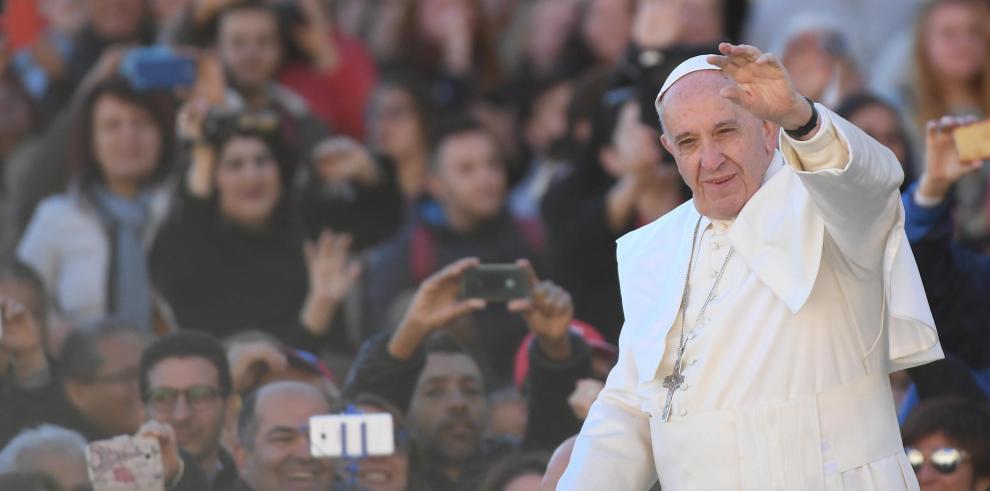 Vaticano felicita a Trump y anima a cambiar un mundo en