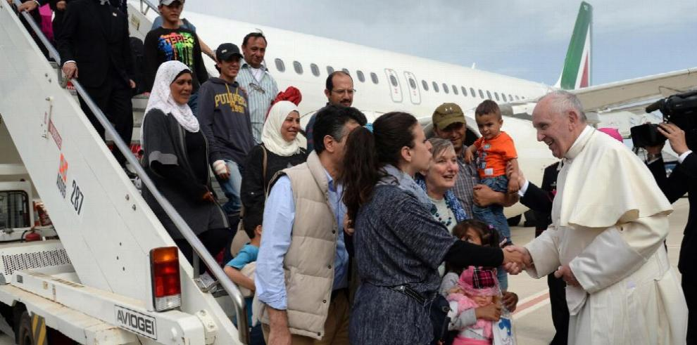 El papa vuelve al Vaticano con doce refugiados