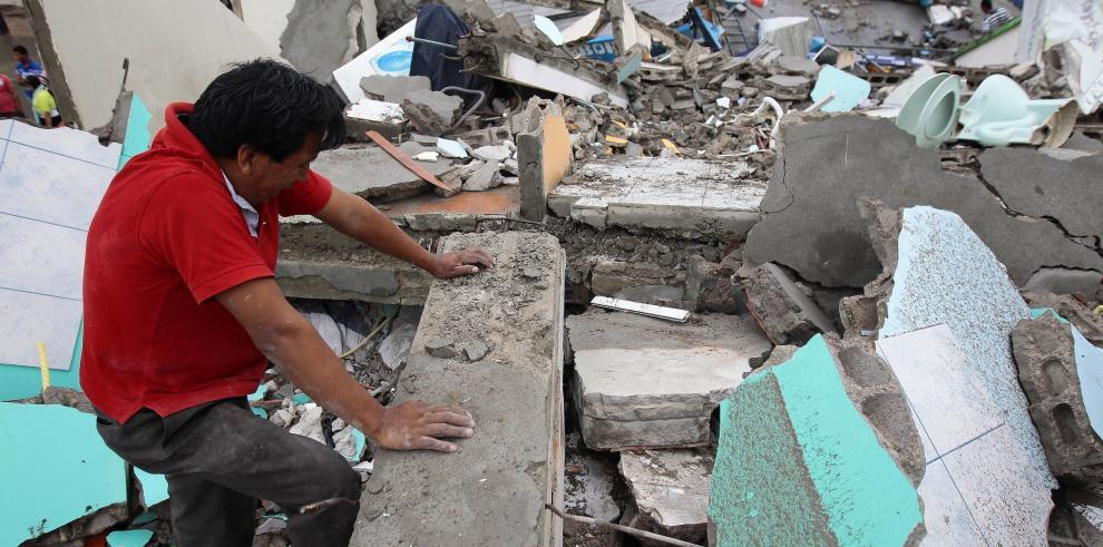 Aumentan a 77 los muertos y 588 heridos por terremoto en Ecuador
