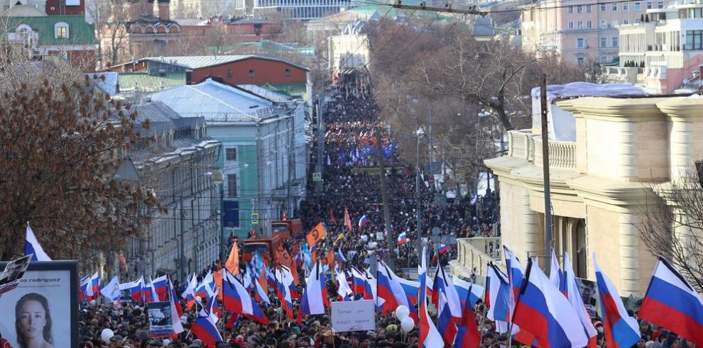 Rusos recuerdan a Nemtsov en protesta masiva contra Putin