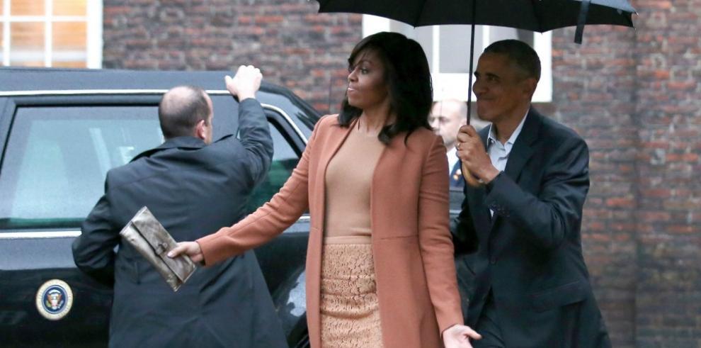 Obama hizo gala de caballerosidad al proteger el blower a su esposa