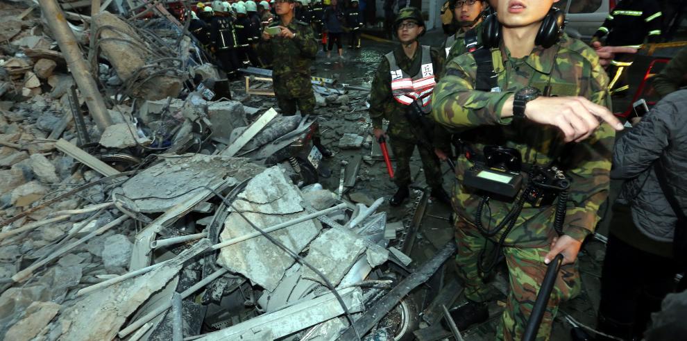 Dos muertos y más de 120 rescatados de un edificio derrumbado en Taiwán