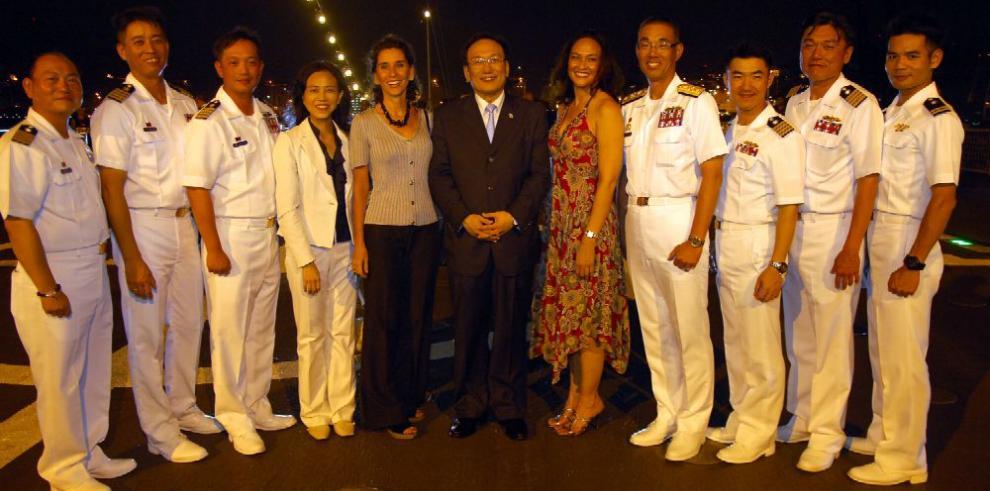 Recepción a bordo del buque Pan-Shi