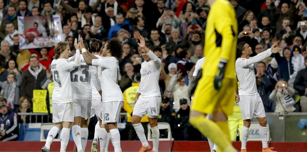 El Real Madrid golea al Sevilla y se coloca a 10 puntos del Barcelona