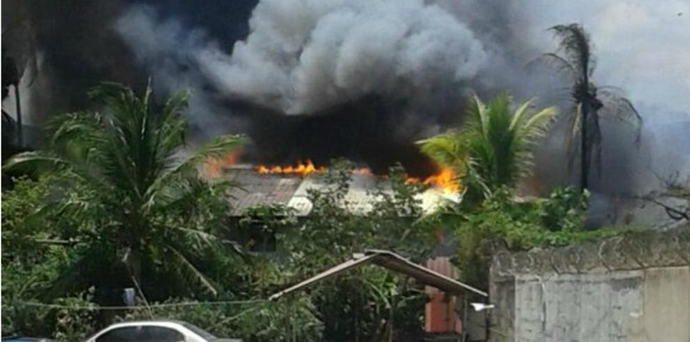 Bomberos atienden incendio en barracas de Río Abajo