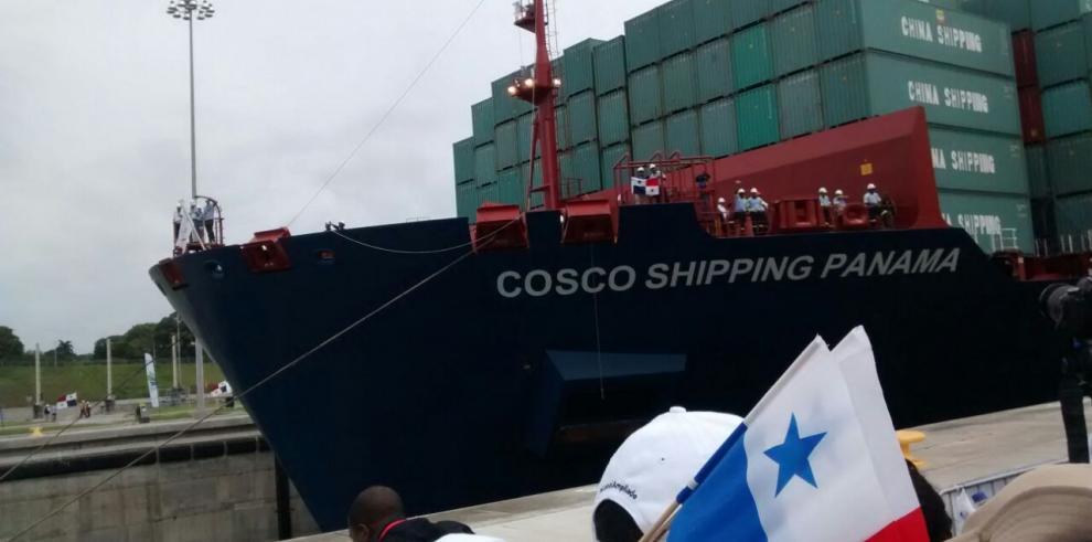 Buque Cosco Shipping navega por las aguas del Lago Gatún