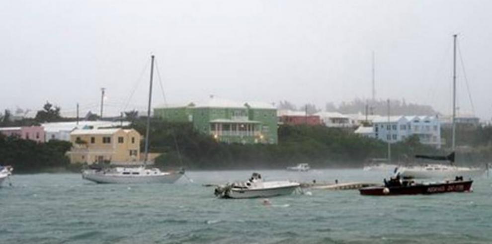 Paso de Nicole afecta a carreteras y viviendas en Bermudas