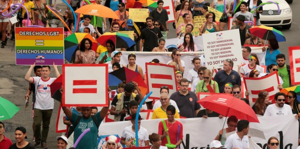 Homosexuales checos podrán adoptar a título individual en uniones civiles