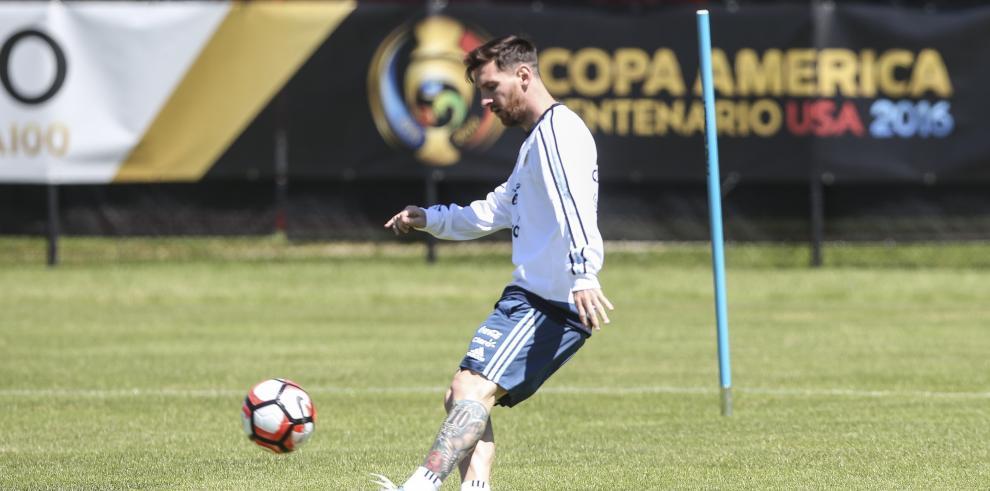 Messi entrena con el grupo a dos días del Argentina-Panamá