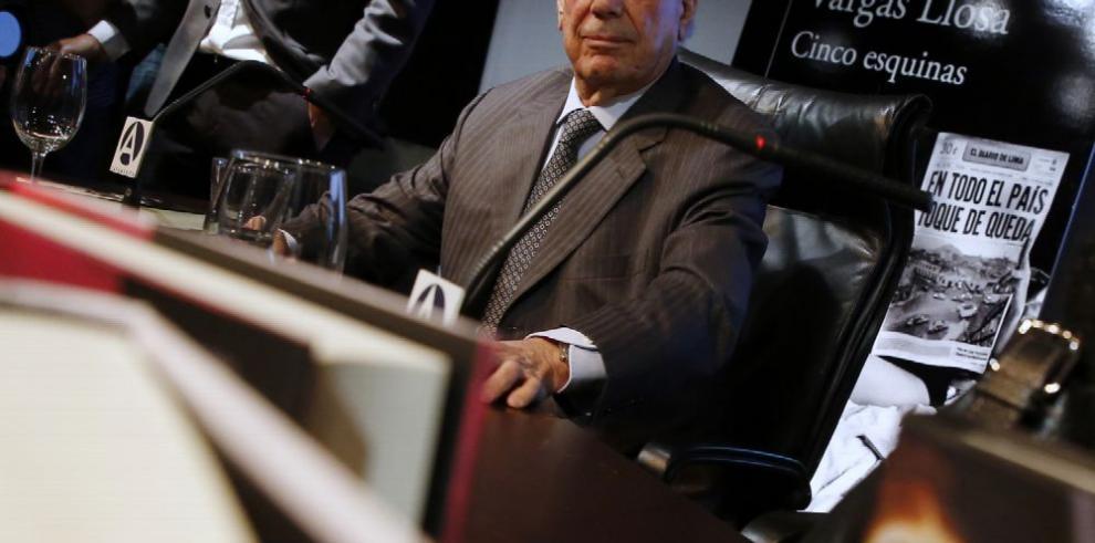 Entregarán título de doctor a Vargas Llosa, 45 años después