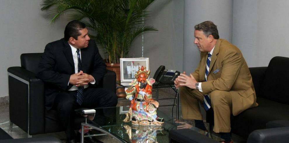 Embajador de EEUU en Panamá y presidente de la Asamblea se reúnen
