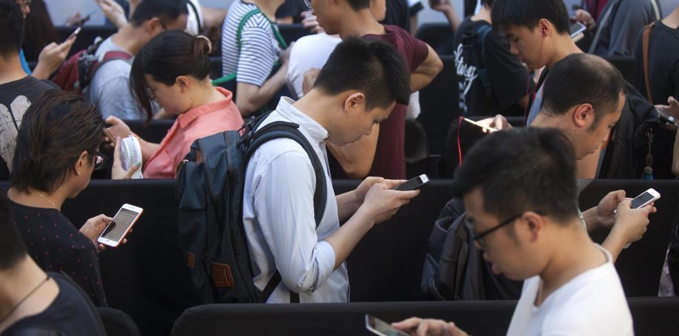 Aglomeraciónen primer día de venta de iPhone 7