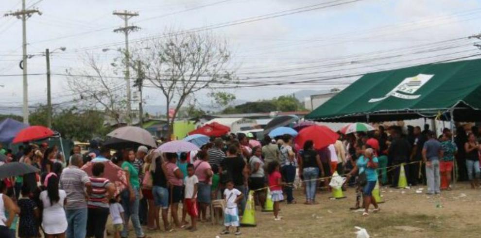 Panameños acuden a la Naviferia para comprar jamones