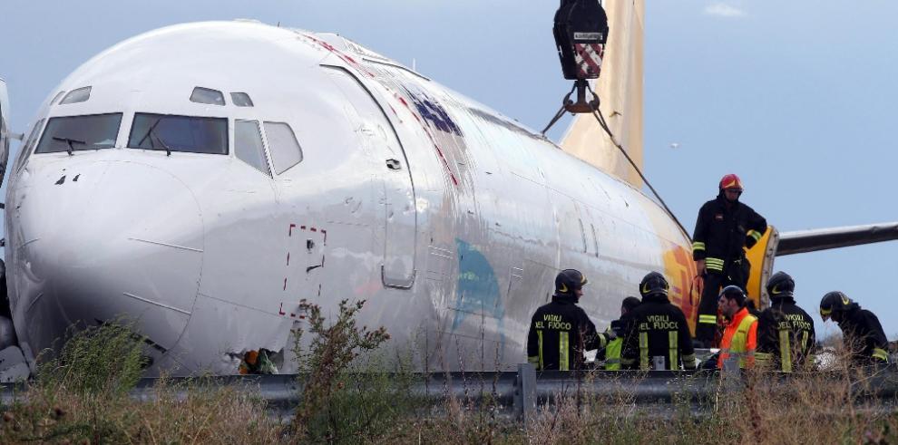 Avión de carga se sale de pista en Italia y llega a carretera