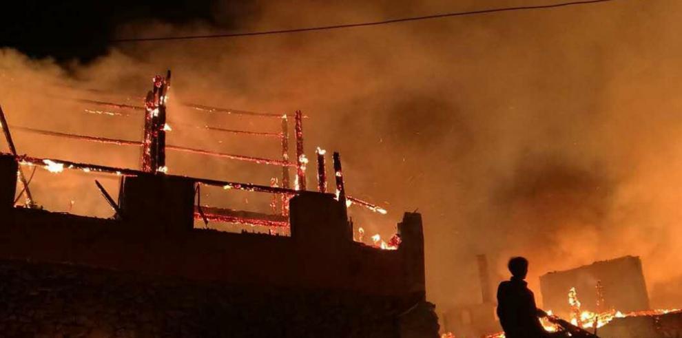 Mueren 11 trabajadores en un incendio en un campamento de Catar