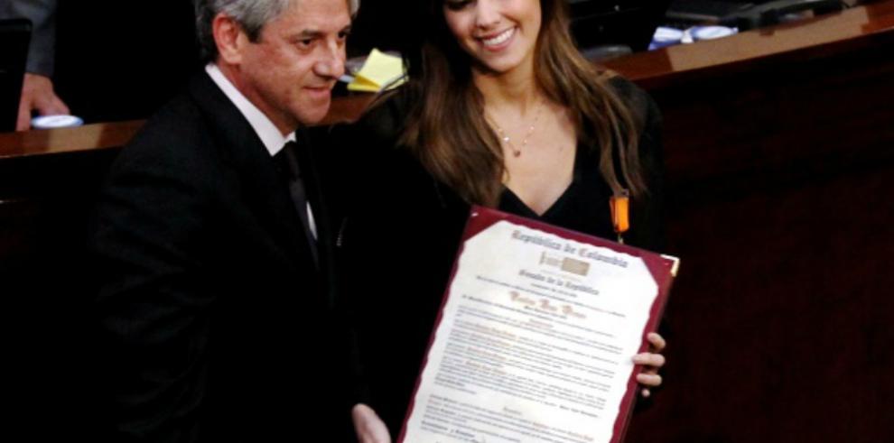 Ex-Miss Universo recibe condecoración del Congreso de Colombia