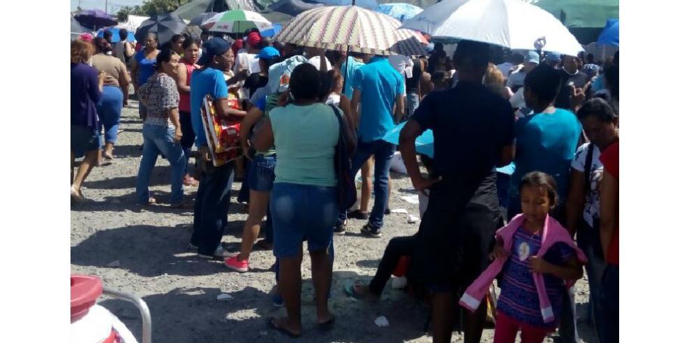 Panameños acuden a comprar jamones del IMA