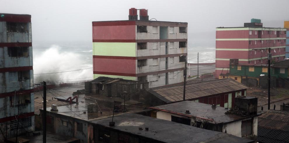 Huracán Matthew pierde intensidad en su avance hacia las Bahamas