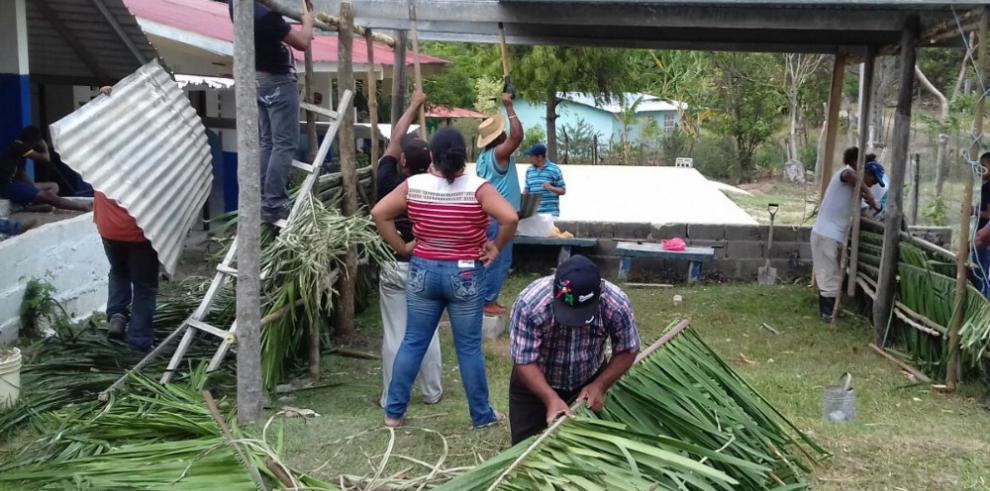 Padres de familia de Machuca construyen aula rancho