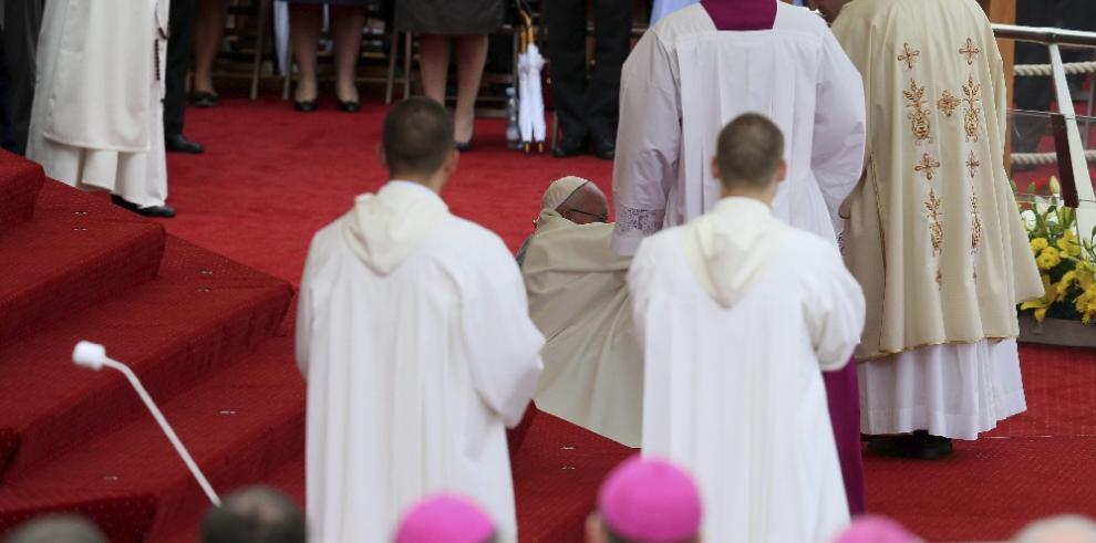 El papa Francisco sufre caída durante una misa en Polonia