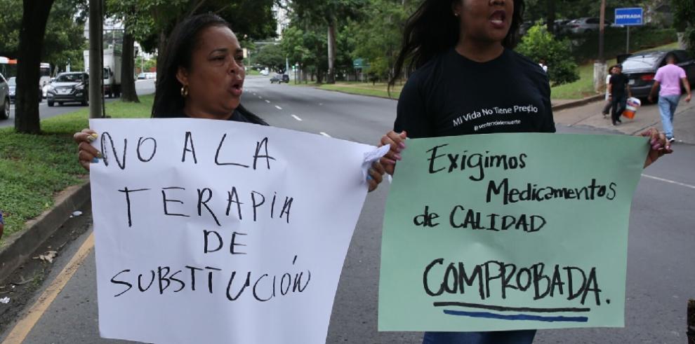 Pacientes con enfermedades crónicas protestan por falta de medicina