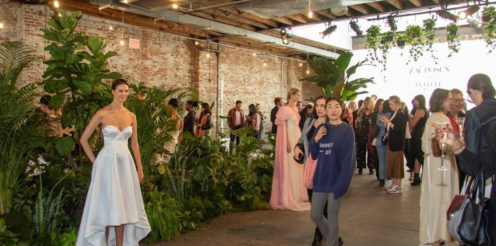 Modelo luciendo traje de novia