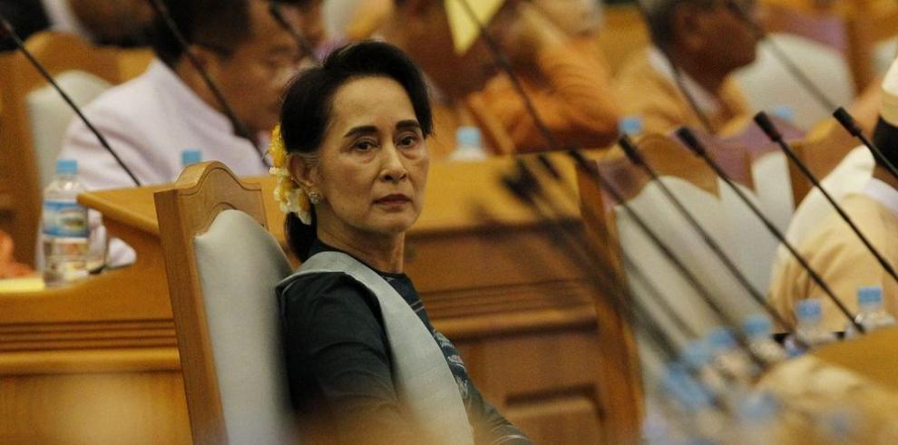 Suu Kyi ejercerá el mando desde un ministerio