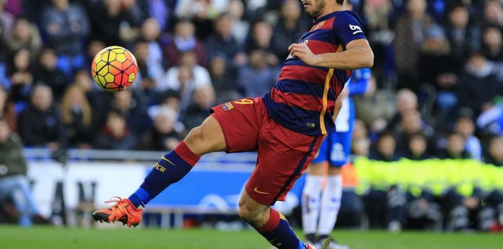 Suárez es suspendido, Álves arremete contra la prensa
