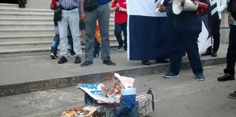 Panameños recuerdan a los mártires del 9 de enero de 1964