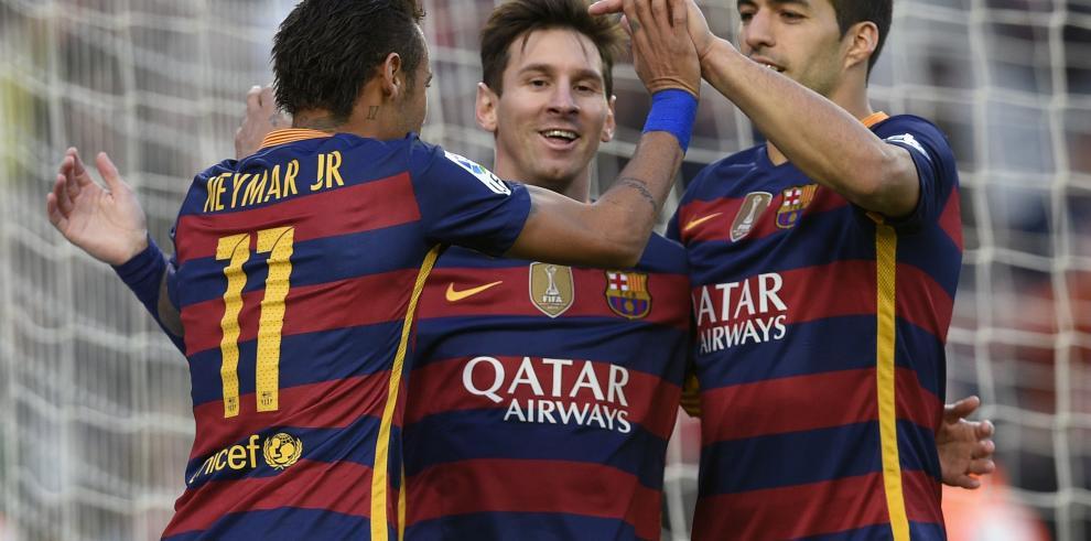 Barcelona se pone líder con triplete de Messi