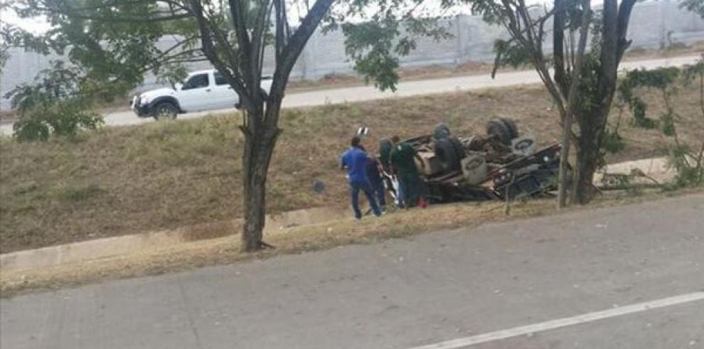 Camión se volcó en el Corredor Sur