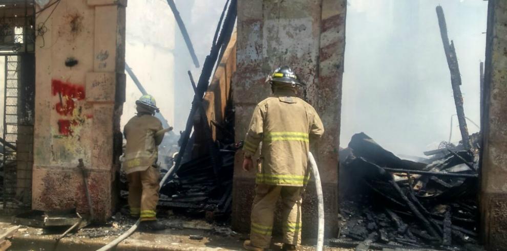 Bomberos se enfrentan a un incendio en el Barrio Chino