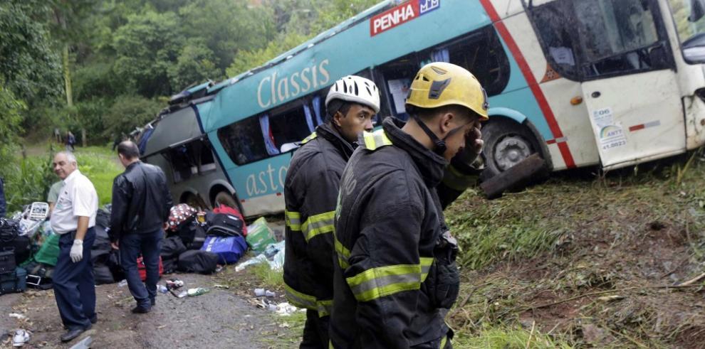 Mueren 16 personas al volcar un autobús con estudiantes en Brasil