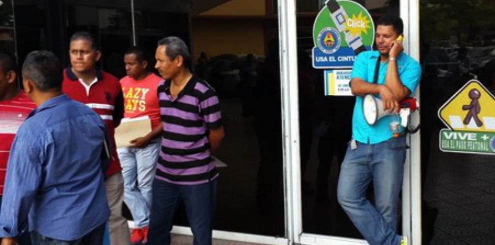 Taxistas piratas de Colón impiden el ingreso a las oficinas de la ATTT
